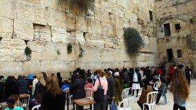 犹太妇女崇拜者祈祷在哭墙 免版税库存图片