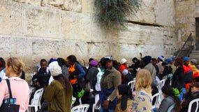 犹太妇女崇拜者祈祷在哭墙 图库摄影