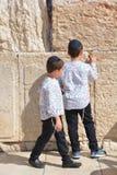 犹太孩子祈祷西部墙壁 免版税图库摄影