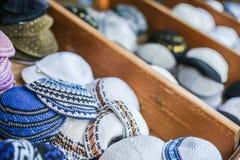 犹太宗教盖帽(圆顶小帽)在纪念品店附近的石路面在老城市的犹太处所 免版税库存图片
