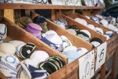 犹太宗教盖帽(圆顶小帽)在纪念品店附近的石路面在老城市的犹太处所 库存照片