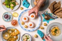 犹太宗教节光明节,宴餐,移交桌 免版税库存图片
