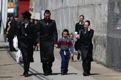 犹太家庭享用户外在逾越节期间在科尼岛在布鲁克林,纽约 免版税库存图片