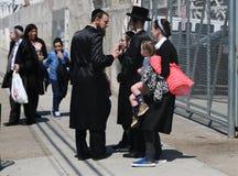 犹太家庭享用户外在逾越节期间在科尼岛在布鲁克林,纽约 库存照片