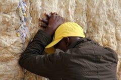 犹太崇拜者祈祷在哭墙一个重要犹太宗教站点在耶路撒冷,以色列。 免版税库存照片