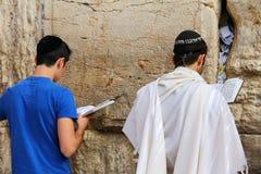 犹太崇拜者祈祷在哭墙 库存照片