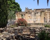 犹太教堂和住宅考古学废墟在迦百农 免版税库存照片