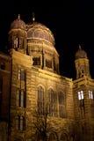 犹太教堂在晚上 库存图片