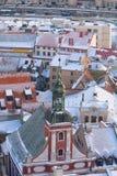 犹太教堂的尖顶在老镇里加在冬天 免版税库存照片