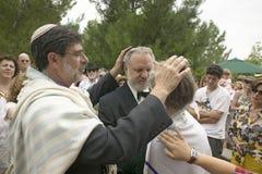 犹太教教士保佑新娘和新郎在传统犹太人的婚礼在Ojai,加州 免版税库存图片