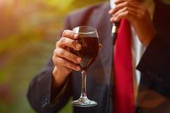 犹太教教士拿着kiddish杯子用在新郎和新娘前面的酒 免版税库存照片