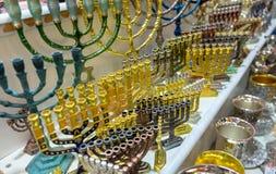 犹太教灯台,用于当代犹太寺庙的七灯大烛台,待售在老市场 r 免版税图库摄影
