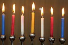 犹太灯节光明节假日在红色蓝色黄色的menorah蜡烛和白色 图库摄影