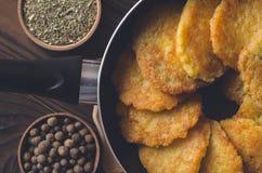 犹太烹调:Chanukah的土豆薄烤饼 图库摄影
