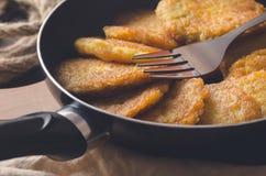 犹太烹调:Chanukah的土豆薄烤饼 库存图片