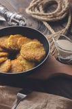 犹太烹调:Chanukah的土豆薄烤饼 库存照片
