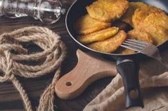 犹太烹调:Chanukah的土豆薄烤饼 免版税库存照片
