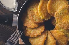 犹太烹调:Chanukah的土豆薄烤饼 免版税库存图片