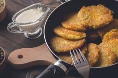 犹太烹调:Chanukah的土豆薄烤饼 免版税图库摄影