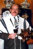 犹太犹太教教士为在犹太教堂里面的一张照片摆在 免版税库存图片