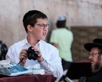 犹太男孩祈祷 免版税库存照片