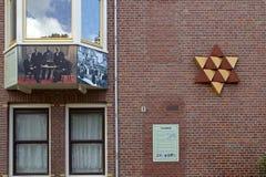 犹太纪念品是由Mieke Blits设计的并且提出同色而浓淡不同的大卫王之星为,包括12个等边三角形 库存照片