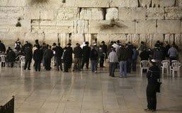 犹太崇拜者祈祷在哭墙犹太教最伟大的寺庙  库存照片