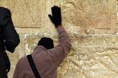 犹太崇拜者祈祷在哭墙 图库摄影
