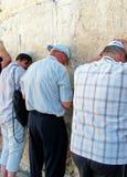 犹太崇拜者祈祷在哭墙 免版税库存图片