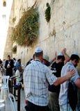 犹太崇拜者祈祷在哭墙 免版税图库摄影