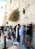 犹太崇拜者祈祷在哭墙 免版税库存照片