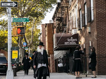 犹太hassidic人穿过街道 免版税库存照片