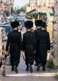 犹太hassidic走在街道上 免版税库存图片