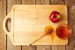 犹太Rosh Hashana (新年)假日背景用苹果和蜂蜜在木板 在视图之上 免版税库存图片