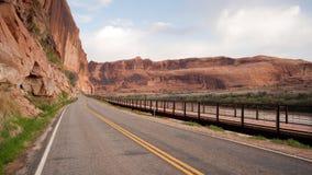 犹他高速公路128科罗拉多河在内地自行车道路 免版税库存照片