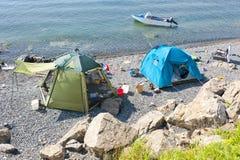 狂放旅游野营在俄国储备小岛的沙漠海滩 库存图片