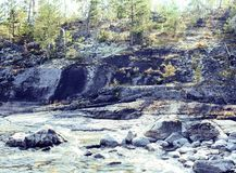 狂放的北部自然风景 全部在湖岸邮车的岩石 免版税图库摄影