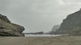 狂放的多岩石的海滩阴云密布多云天 影视素材