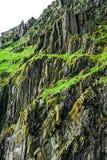 狂放的大西洋方式:惊人的接合的岩石石峰与岩石形成对比,斯凯利格・迈克尔岛巨大弯曲的板料  免版税库存图片