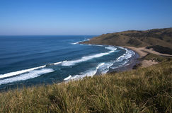 从狂放的海岸海滩,特兰斯凯,南非峭壁的看法  库存照片