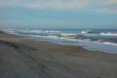 狂放的海浪使外面银行北卡罗来纳靠岸 免版税库存照片
