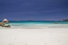 狂放的海滩在塞舌尔群岛 图库摄影