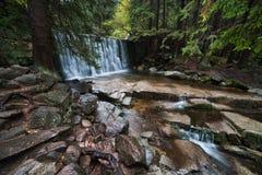狂放的瀑布在卡尔帕奇 库存照片