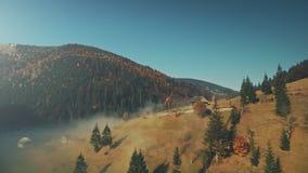 狂放的自然高地有雾的风景鸟瞰图 股票视频
