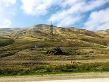狂放的自然-秋天山 蓝天,云彩,在太阳的光芒的下山 库存照片