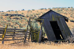 狂放的西部的倾斜的被风化的附属建筑 免版税图库摄影