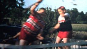 1958 - 狂放的20世纪50年代哄骗骑马拖车吃屋顶 股票视频