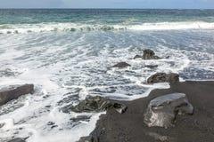 黑狂放的volcaniv海滩 免版税图库摄影