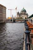 狂欢河江边和柏林大教堂在柏林 免版税库存照片
