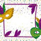 狂欢节与紫色项链框架的狂欢节海报与羽毛和面具绿色和黄色在五颜六色的五彩纸屑 免版税库存图片